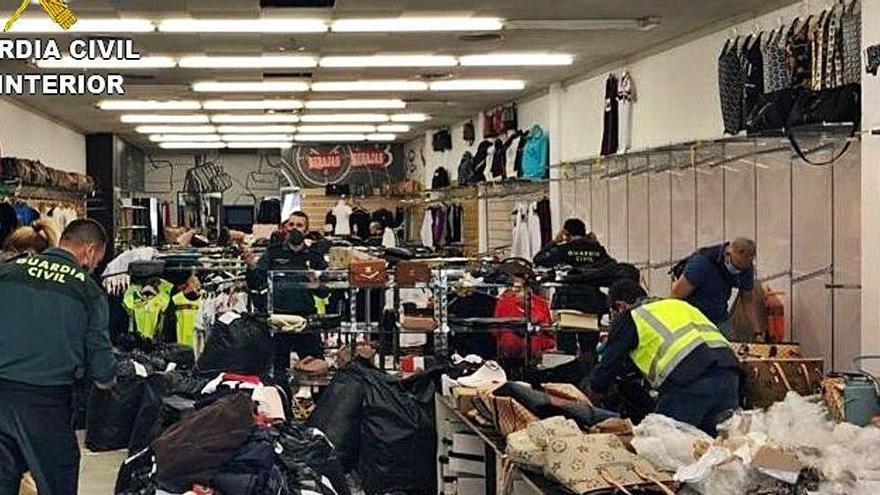 Comissen 5.100 objectes falsificats en una botiga dels Límits de la Jonquera