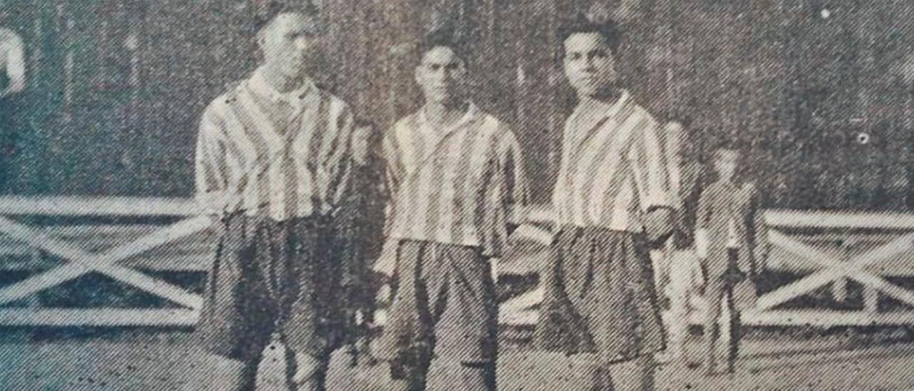 Fotografía del periódico La Unión con los tres canarios Juan Martín, Pedro González 'Timimi' y Adolfo Martín.