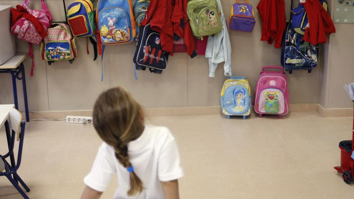 Una niña en un aula.