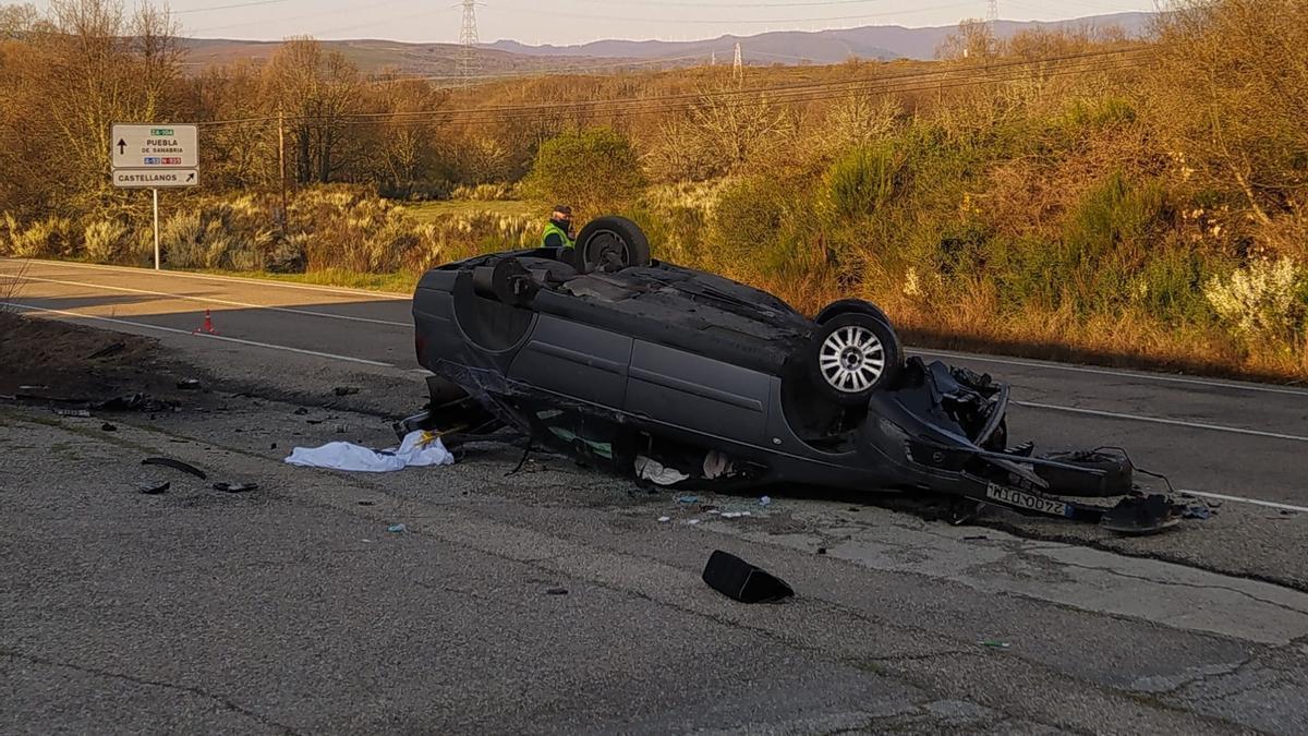 Accidente en la carretera del Lago de Sanabria, en Castellanos. Así ha quedado el vehículo.