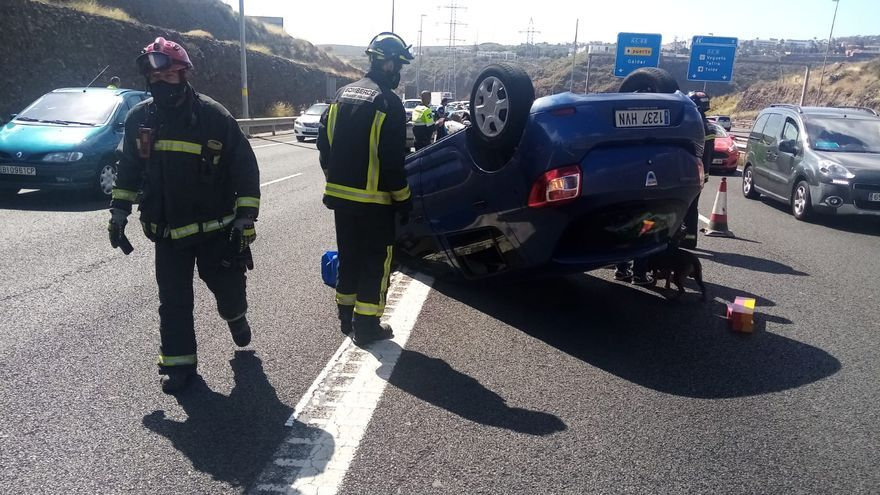 Accidente con tres coches implicados tras volcar un turismo en la capital grancanaria