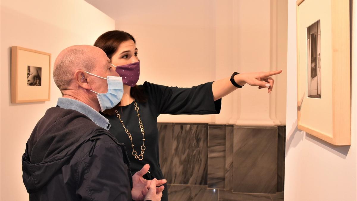 La edil y el artista observan un cuadro de la exposición en Elche