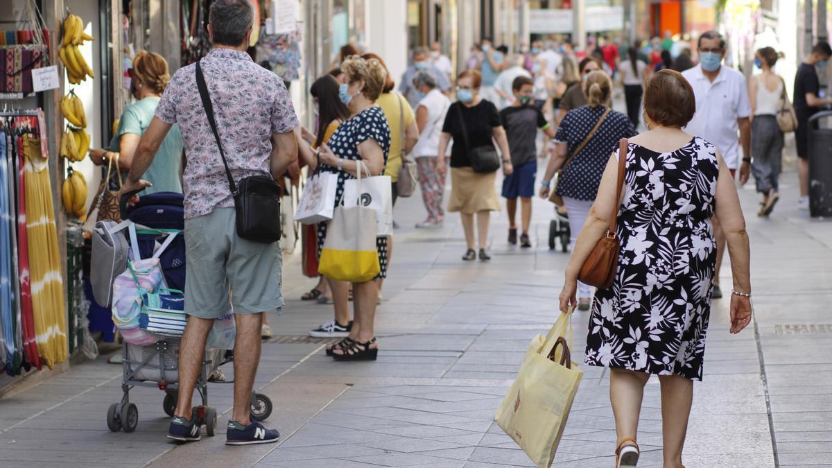 Personas en una calle comercial de Mérida.