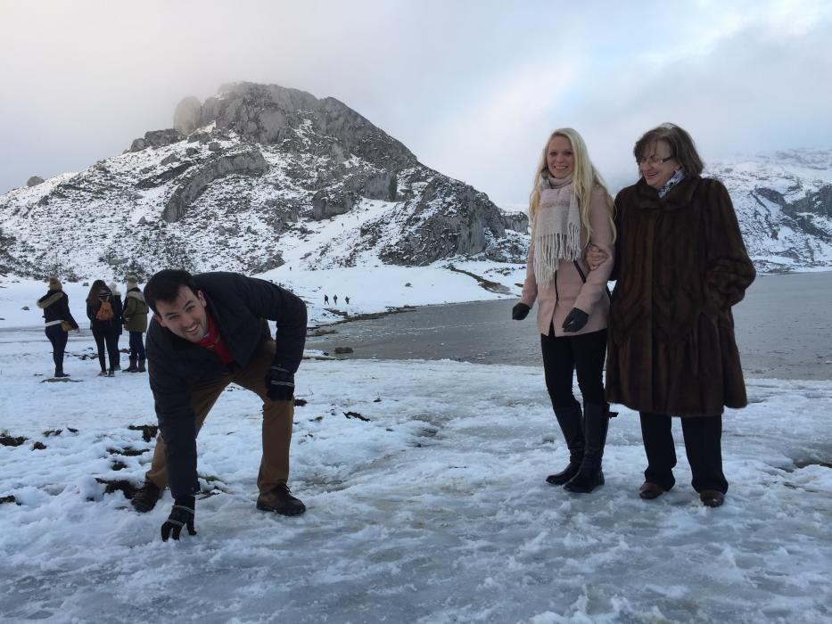Turistas caminando sobre el lago Ercina