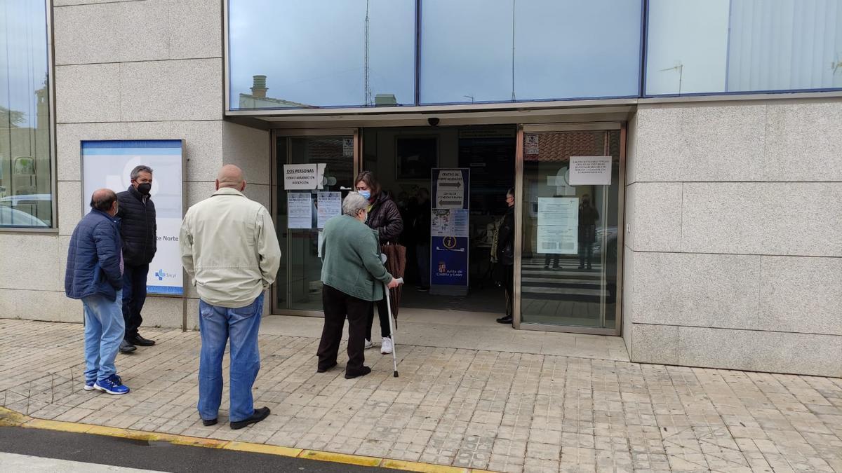 Acceso al Centro de Salud Benavente Norte. / E. P.
