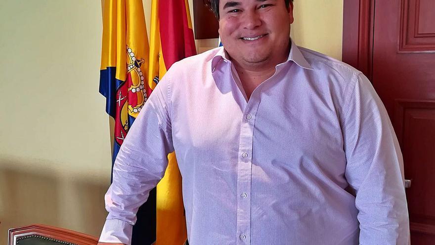 """Mencey Navarro: """"El Gobierno de forma corrosiva  deja morir a Mogán como destino"""""""