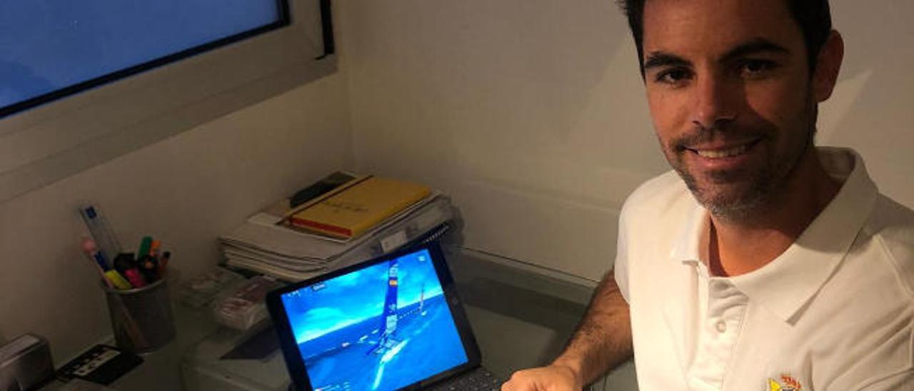 Alejandro Cabrera Mesa, junto con el simulador de regatas.