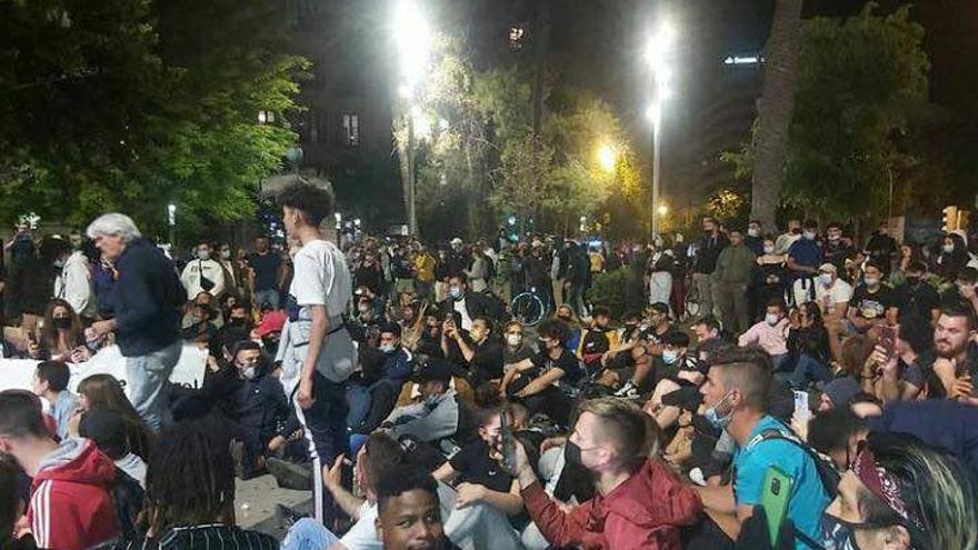 Cargas policiales en una protesta contra las restricciones en la Plaza de España de Palma