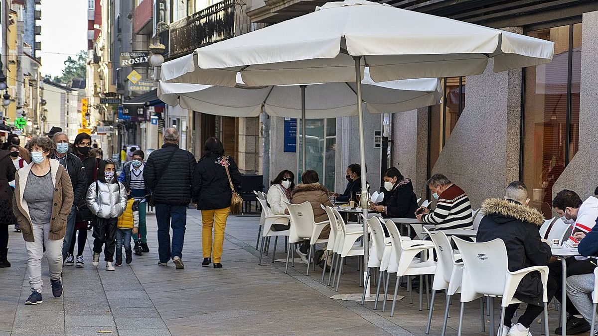 Terrazas y calles llenas en la primera jornada sin restricciones de nivel 1 en O Carballiño.   | // CARLOS PETEIRO