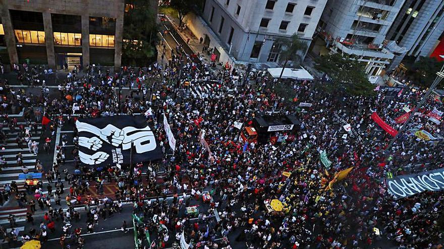 Multitudinàries protestes contra Bolsonaro al Brasil
