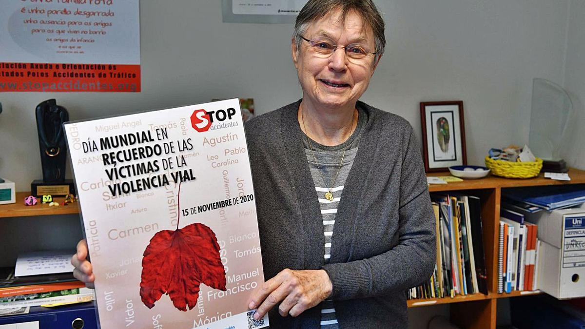 Jeanne Picard, con el cartel del Día Mundial en recuerdo de las víctimas de la violencia vial.