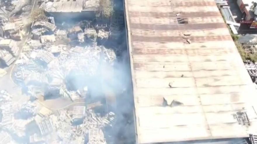 Arde una empresa de palés de madera en la Cañada del Fenollar