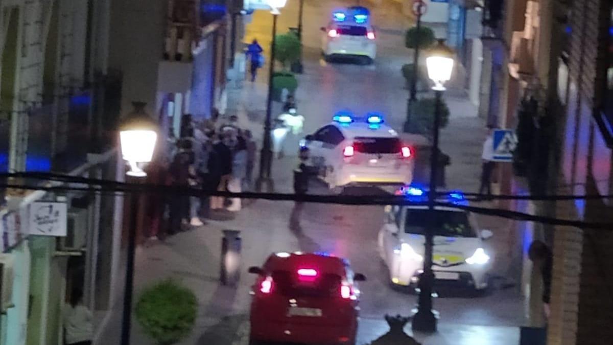Varios coches policiales, la noche de este jueves ante la sede del colegio de abogados de Lucena.pr
