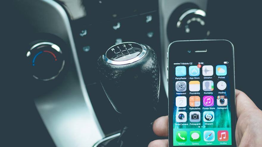 El Congrés aprova la nova Llei de Trànsit que castiga amb sis punts conduir amb el mòbil a la mà