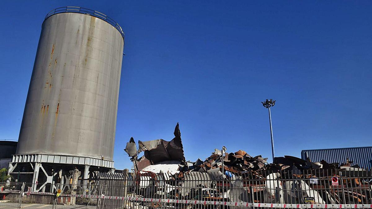 Uno de los silos de la antigua Alcoa, en el muelle de Batería. |   // VÍCTOR ECHAVE