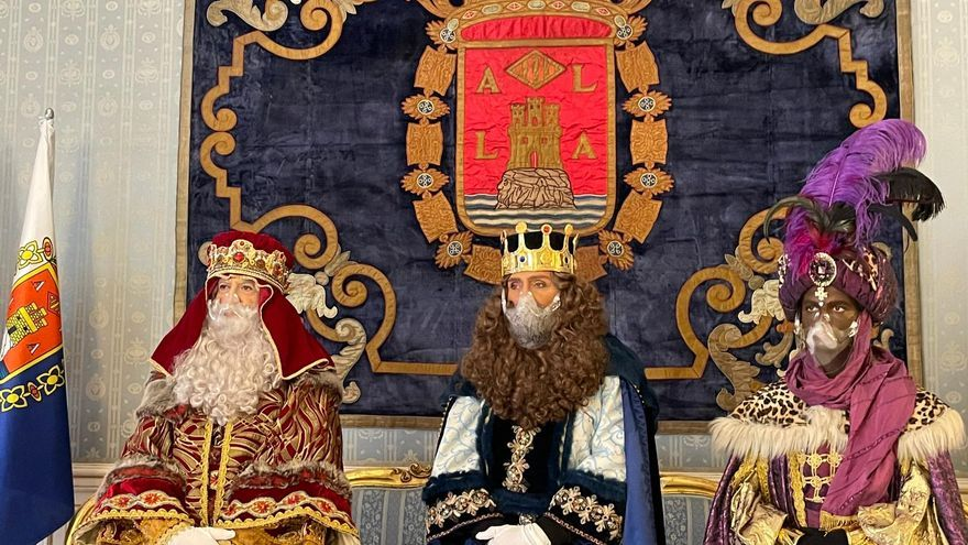 Los Reyes Magos visitan Alicante pese a las restricciones por la pandemia: llegan en barco, se pasean por la Explanada y visitan el Belén Gigante