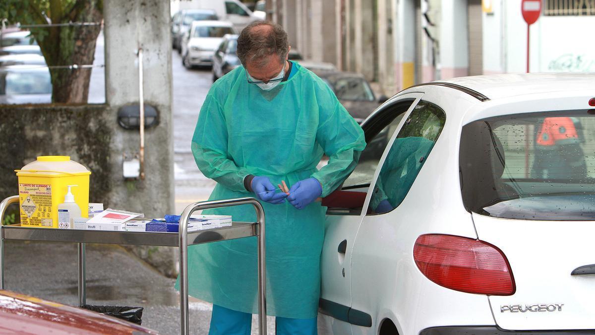 Un sanitario toma muestras en el exterior del centro de salud de A Ponte, en Ourense.