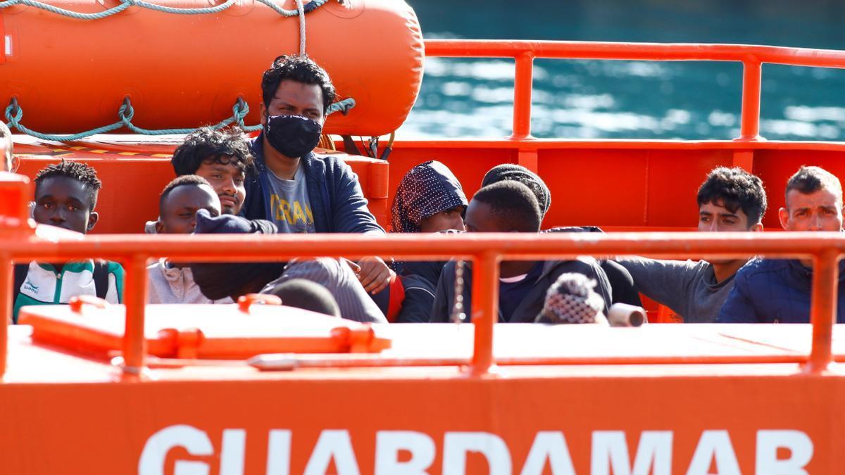 Un grupo de inmigrantes llega al muelle de Arguineguín.