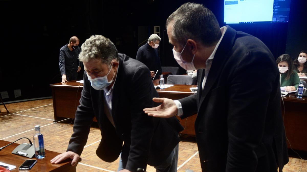 Rafael Domínguez se dirige a Miguel Lores antes de un pleno