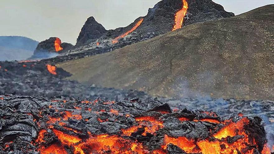 Un volcà entra            en erupció a prop de la capital d'Islàndia