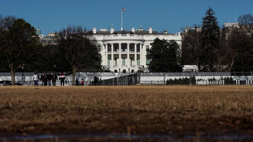 Trump ordena finalmente bajar a media asta las banderas por el policía fallecido