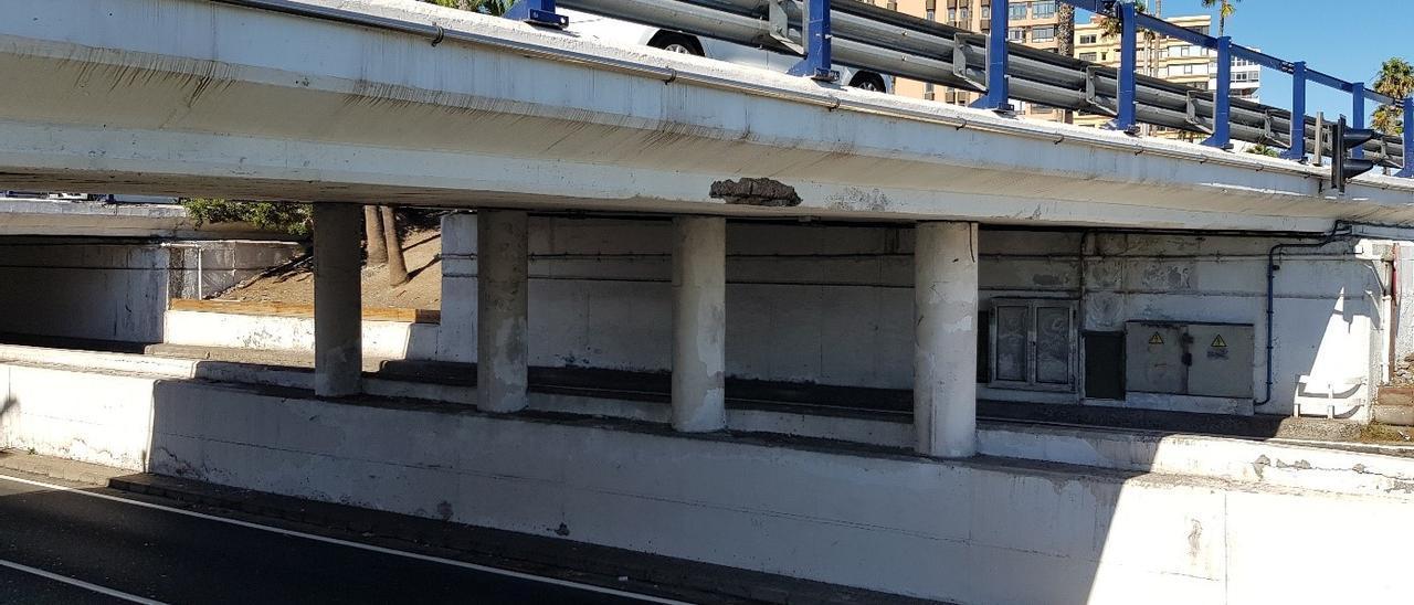 Estado actual de deterioro en los muros del paso inferior de Bravo Murillo, en la Avenida Marítima.