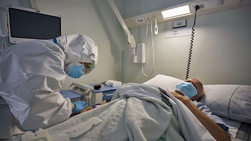 Las hospitalizaciones por Covid en Canarias bajan en la última semana