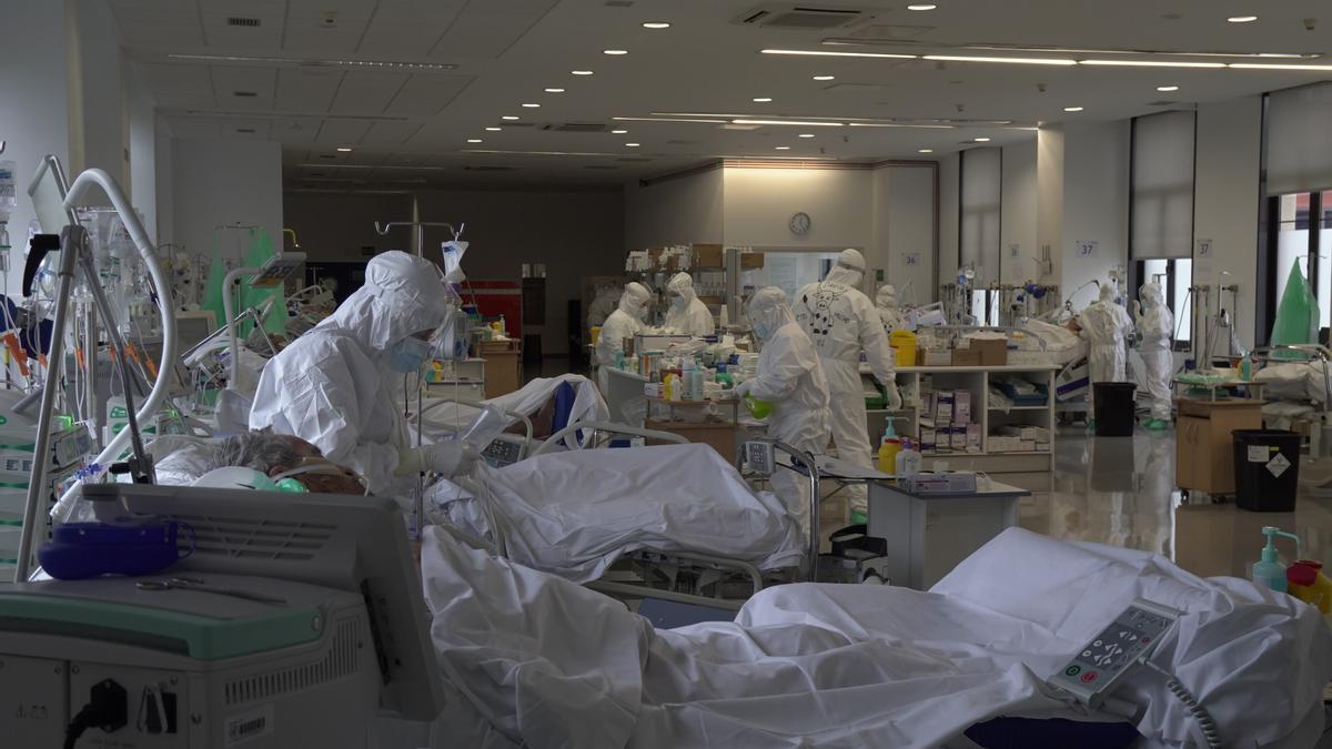 Sanitarios en una UCI covid de un hospital español.