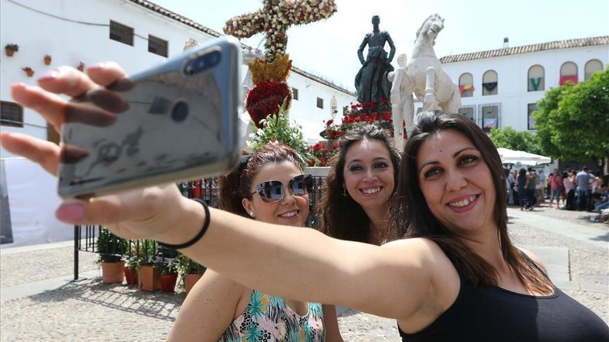 El Ayuntamiento de Córdoba estudia permitir los Patios con control de aforo y las Cruces sin barras