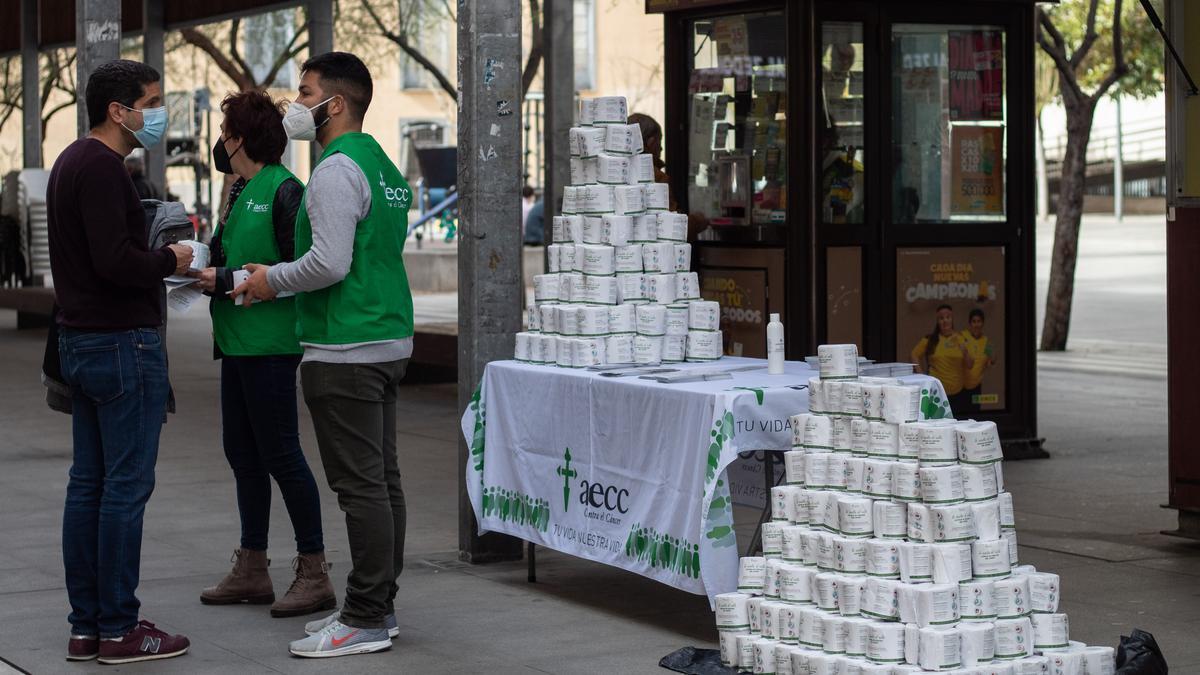 Reparto de papel higiénico en la campaña del cáncer de colon de la Asociación contra el Cáncer