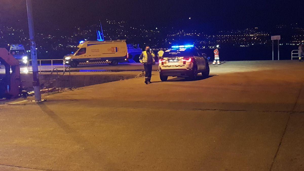 Despliegue de agentes y ambulancias en el muelle de Domaio. / F.G.S.