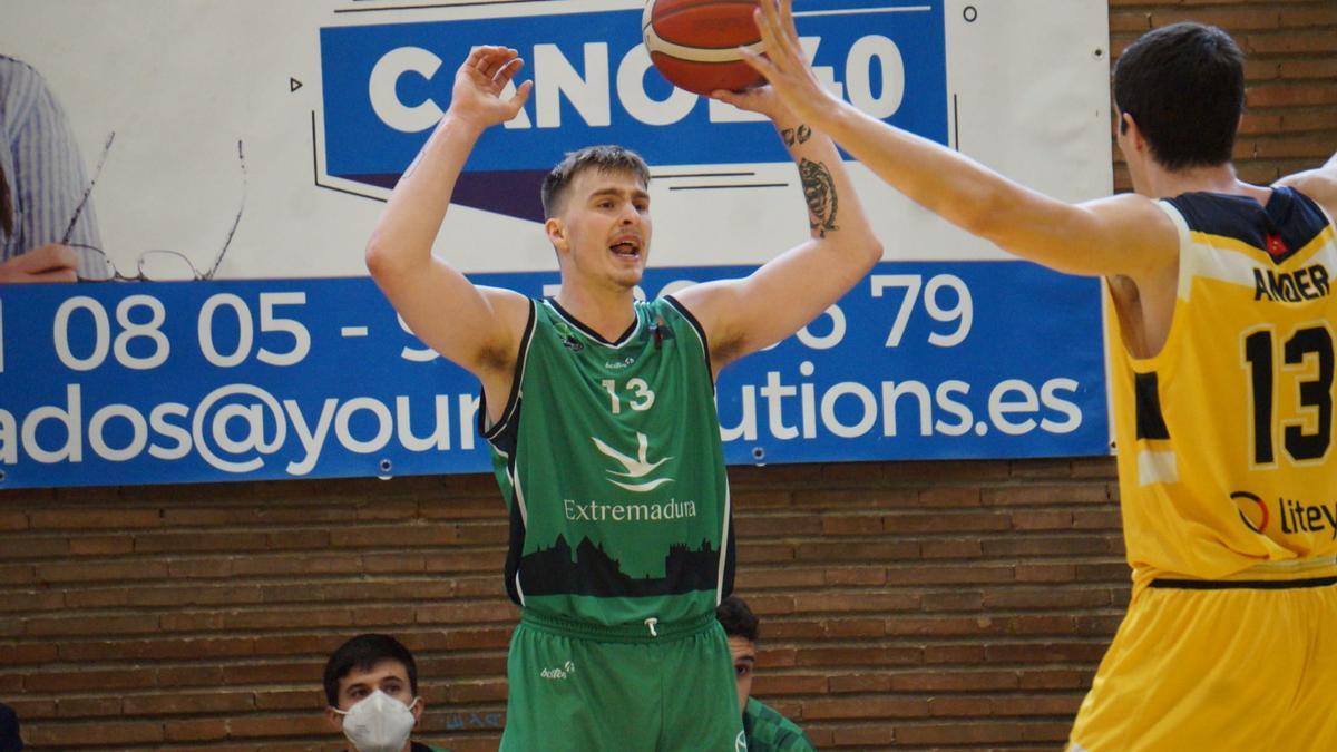 Sylvester Berg es presionado por Andar Martínez en el Canoe-Cáceres.