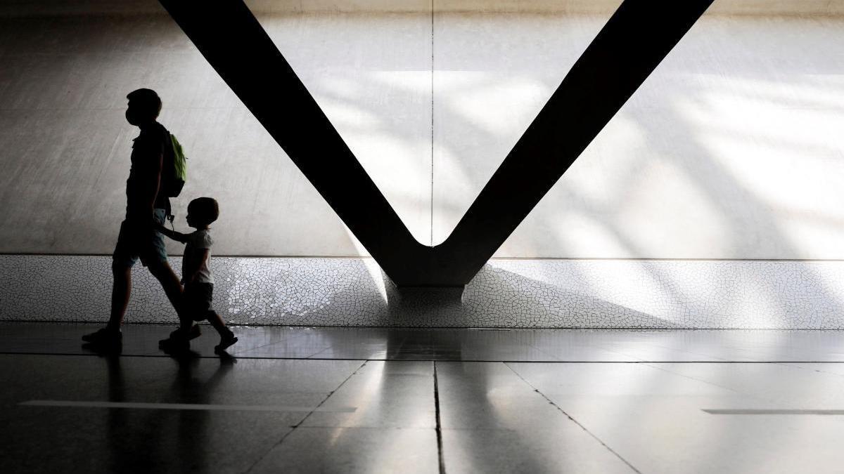 Un padre y su hijo recorren el Museo de las Ciencias, que ha reabrió el pasado lunes.