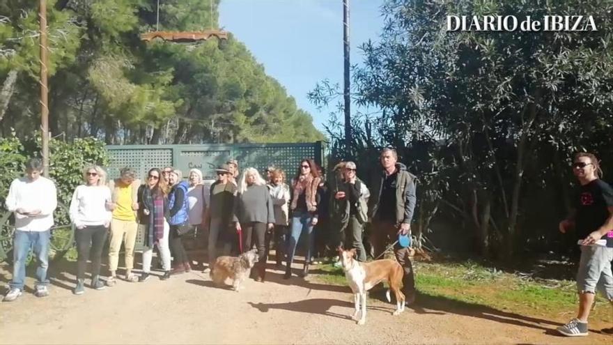 Movilización frente a Can Dog contra el traslado de podencos a Mallorca