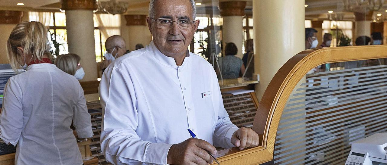 Felipe Carreño Curbelo, el último día de su jornada laboral en la zona de Recepción del hotel Tres Islas      FUSELLI