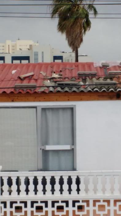 Auch in Cala Millor wütete der Sturm. MZ-Leser Bernd Paetzold schickte uns diese Fotos von seinem Haus, das teilweise abgedeckt wurde.