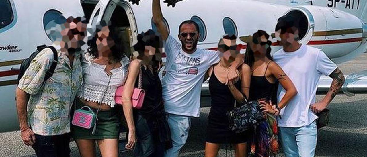 En el centro, Alberto Genovese, en el aeropuerto de Ibiza.