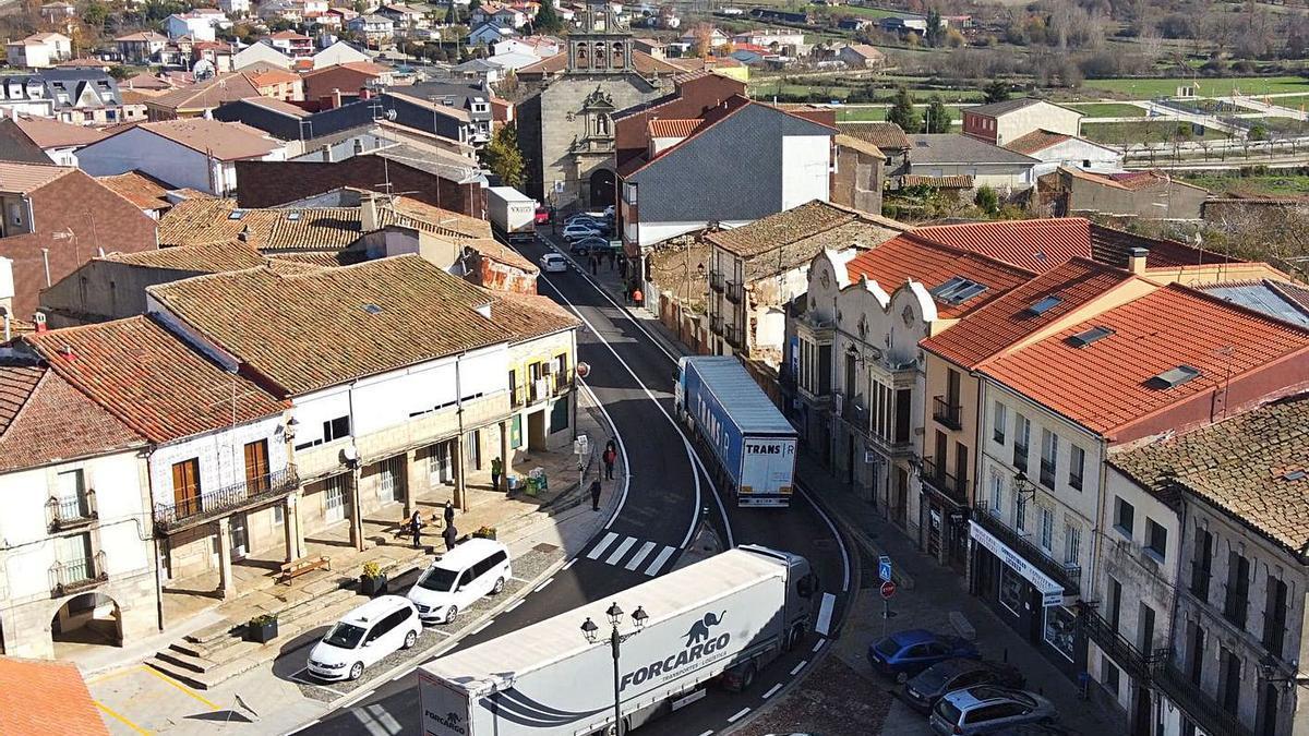 Camiones cruzan Alcañices por la N-122. | Chany Sebastián