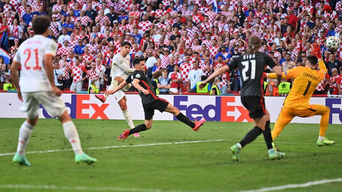 Morata engancha la volea que supuso el cuarto gol de España, ya en la prórroga. |  // STUART FRANKLIN