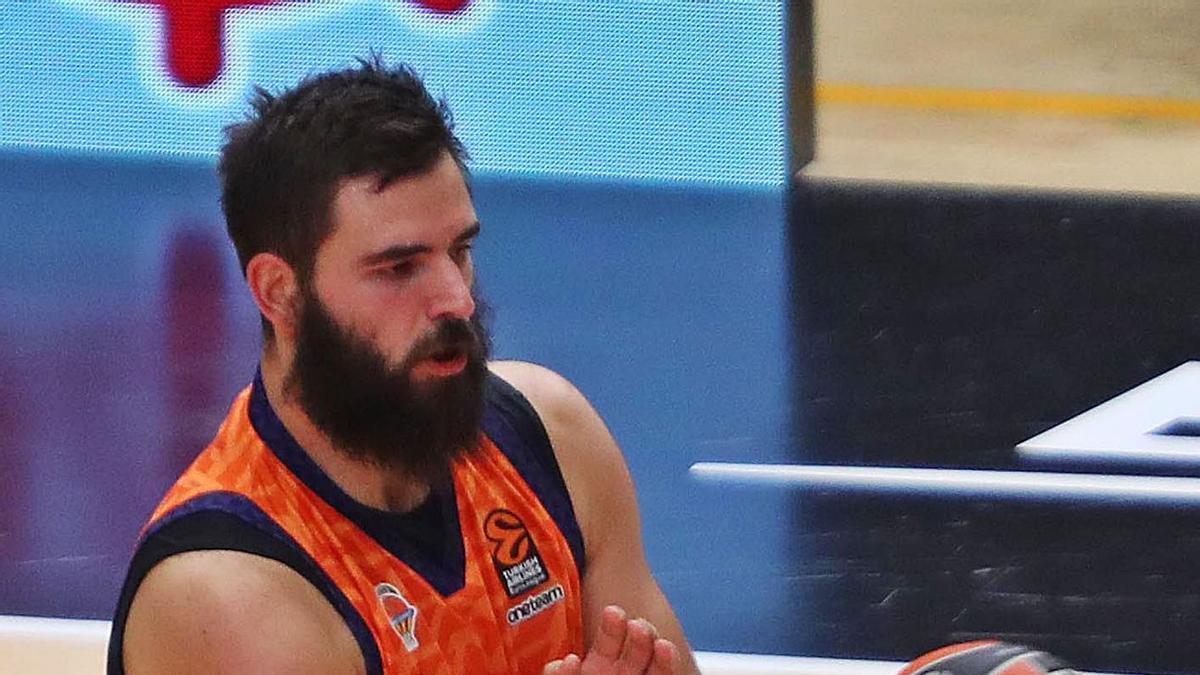 Bojan Dubljevic, durante el partido de ayer en La Fonteta.    F. CALABUIG/SD