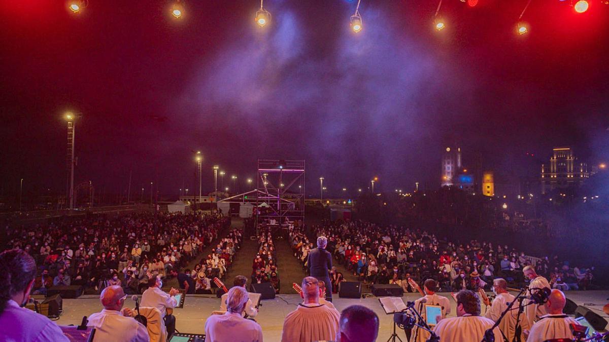 Santa Cruz celebró anoche el Día de Canarias con un concierto de Los Sabandeños y Pedro Guerra.