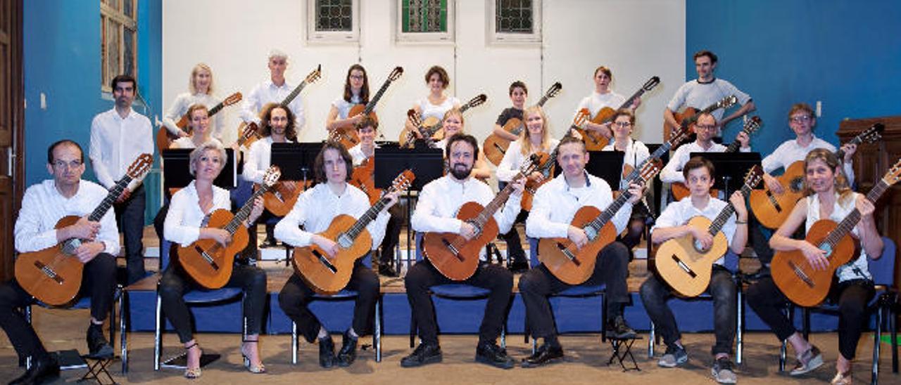 Miembros de la orquesta Go Guitars de Gante con su director Rubén Mínguez, en Guía.