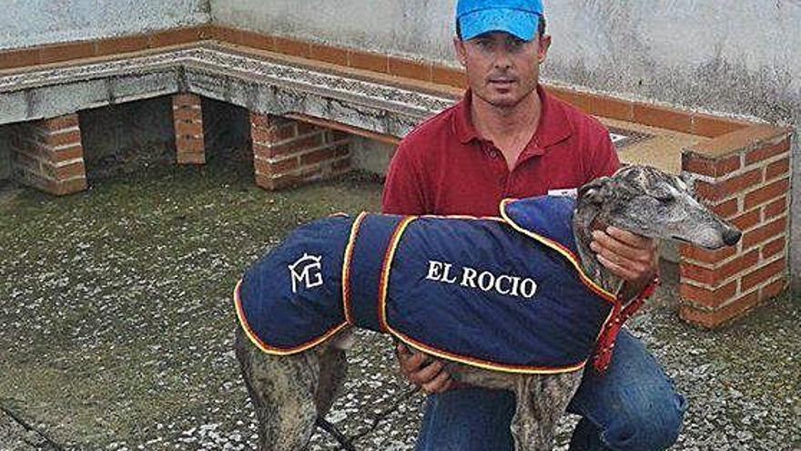 Mario Geras, del club El Rocío, con uno de sus perros.