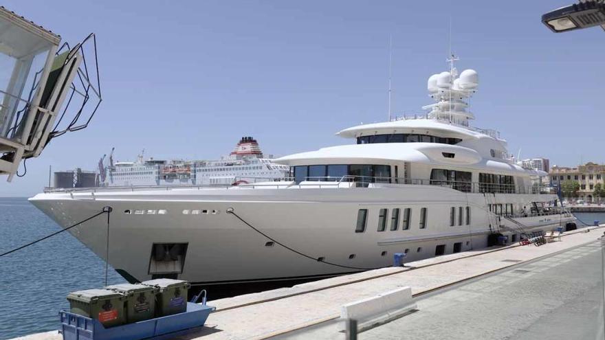 Un megayate de lujo atraca en el Puerto de Málaga