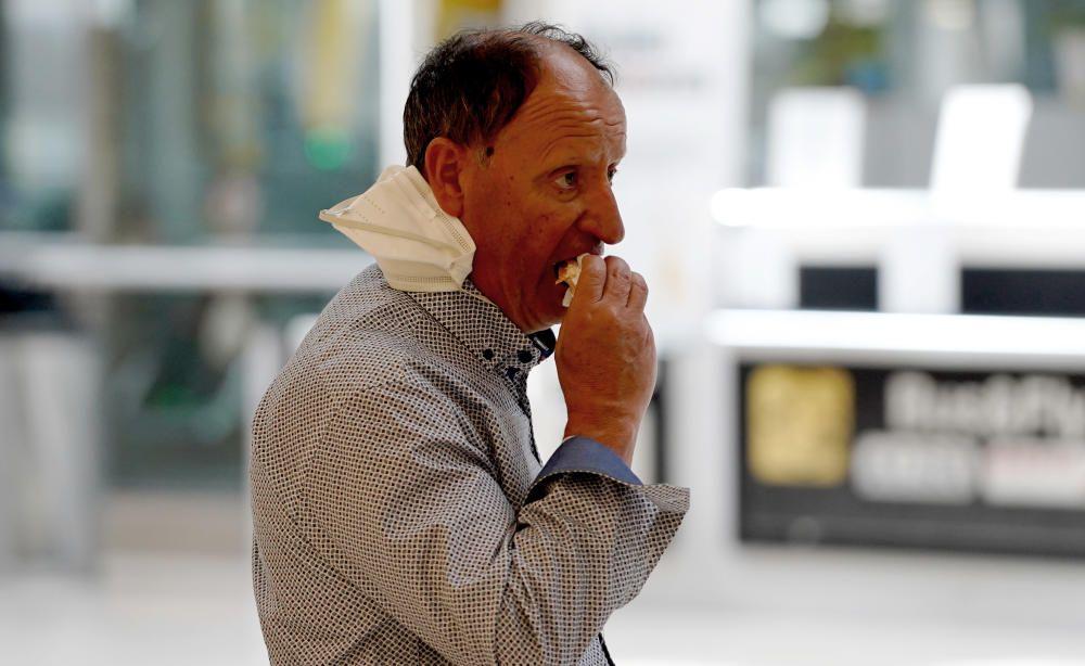 MADRID. 19.03.2020. CORONAVIRUS. Miembros de la UME limpian el aeropuerto de Barajas, terminal T4. En la imagen un hombre come un bocadillo. FOTO: JOSE LUIS ROCA