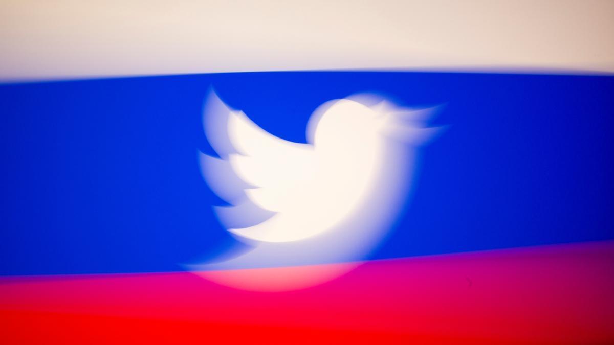 Logo de Twitter sobre la bandera de Rusia