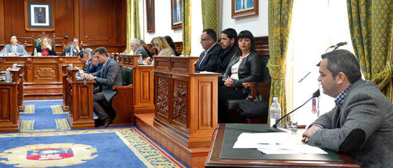 Darío López (d.), explicando ayer los presupuestos al pleno