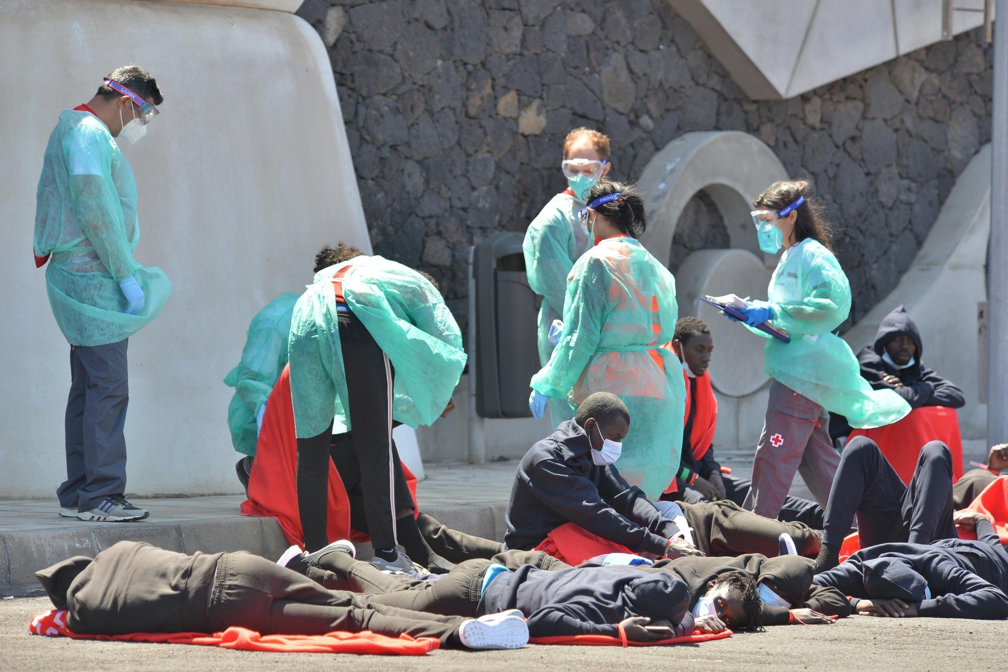Un cayuco con unas 30 personas llega por sus medios al puerto de La Restinga