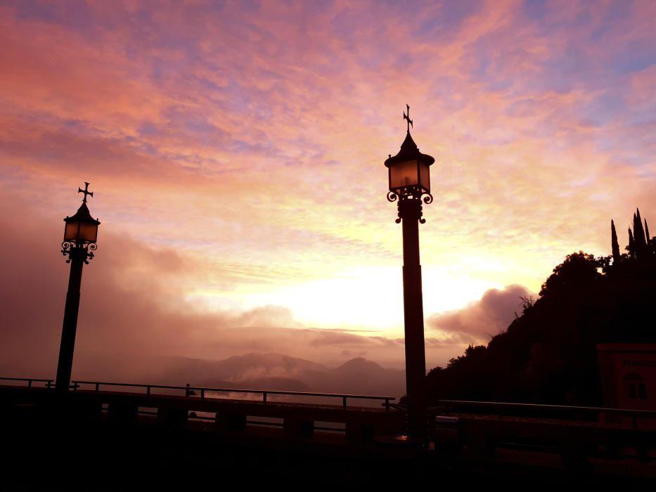 Albada a Montserrat. Bonica imatge enviada per una lectora en què podem veure una sortida de sol ben primaverenca, amb el cel rogent, uns núvols espessos i una boria densa que cobreix gran part del paisatge.