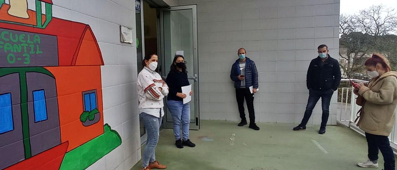 Los padres, ayer, a las puertas de la escuela infantil de Posada. | Reproducción de Eva San Román